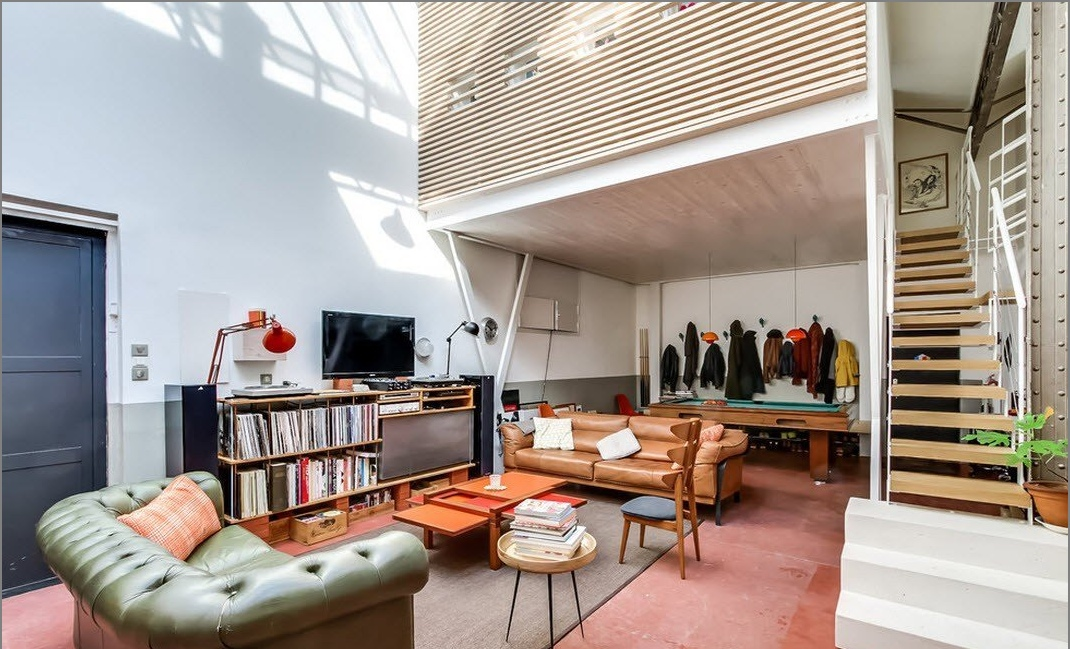 Интериорът на таванско помещение с къщи в стил