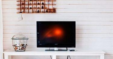 televizor-v-dizajne-interera-malenkoj-gostinoj