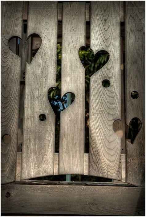 سياج خشبي مع قلوب منحوتة.