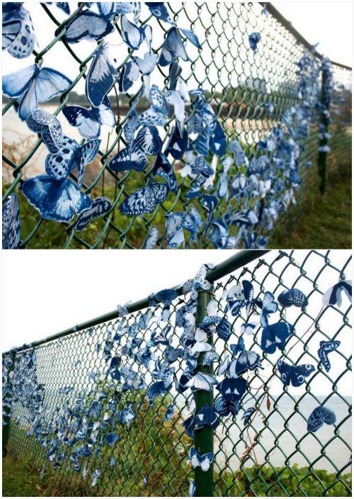 السور، وزينت مع الفراشات النسيج.
