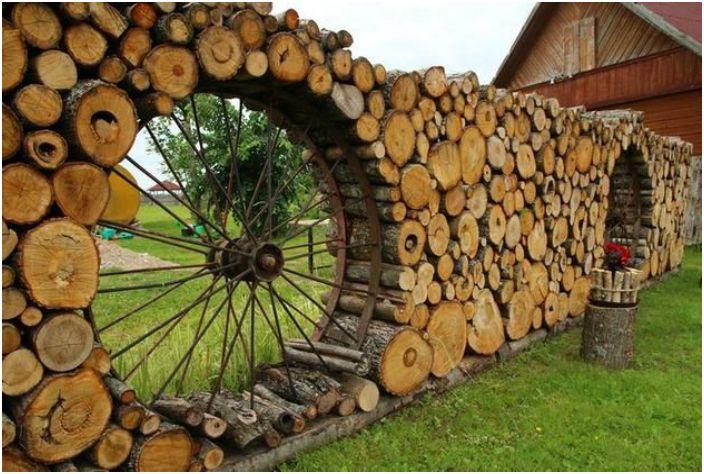 كتلة هائلة من السياج الخشب.