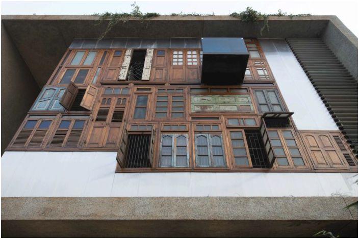 Възпроизвеждане на контрасти: къща с еклектична фасада на старата дограма и врати