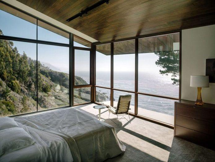 Къщата е на скала с изглед към океана