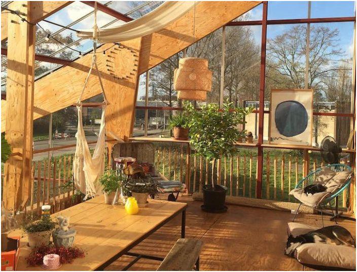 Леглата между стаи: три години семейството се заселили в къща, оранжерия