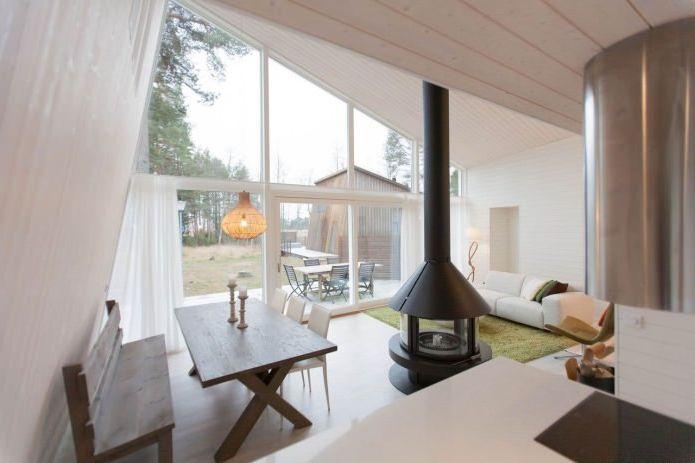 Интериор на малка частна къща в боровата гора
