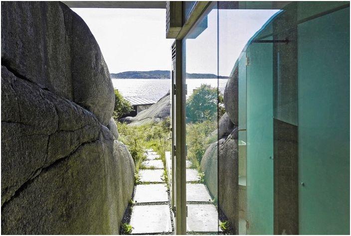"""Как да избягат от всичко: една селска къща, """"маскирана"""" в скалите"""