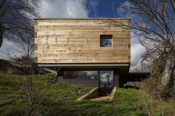 A small modern house with a flat roof on ch + qs arquitectos