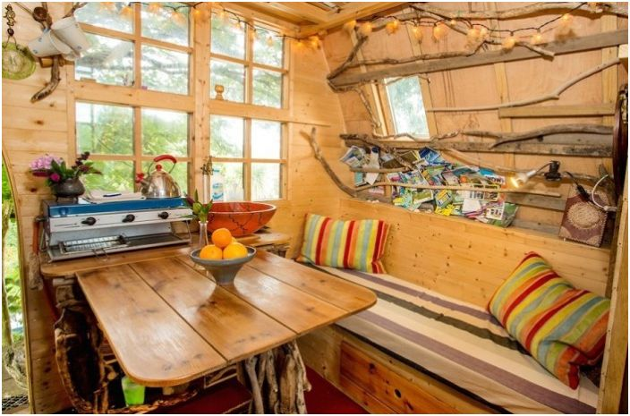 Непривлекателен от външната страна, но уютно вътре: къща на дърво