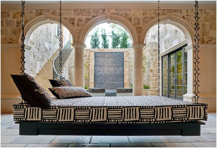 леглото суспензия в интериора и градината: Необичайното решение