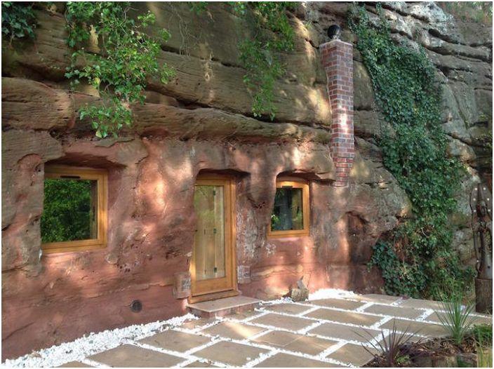 Проста, но органично: Уютна къща в 700-годишната пещерата