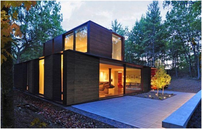 Скрити в гората: къща със зелен покрив