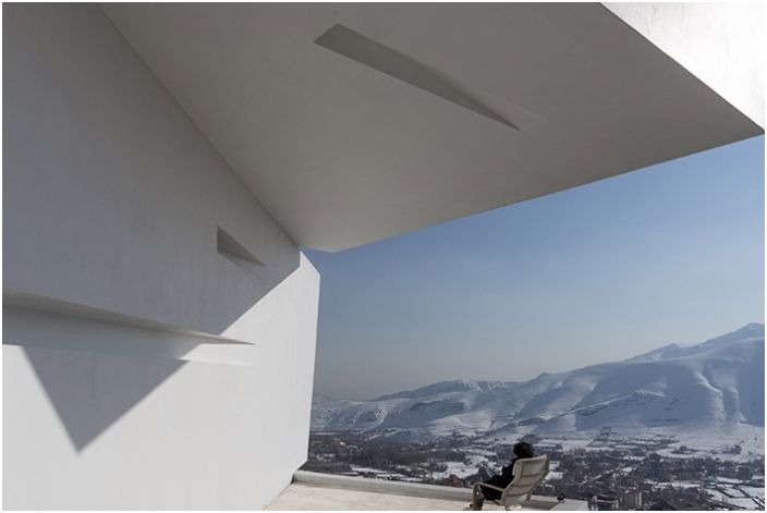 """Три перспективи"": futuristicheky къща с огромна панорамна прозорци"