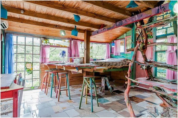 Residence за недвижими хипи: къща, построена от купчина боклук