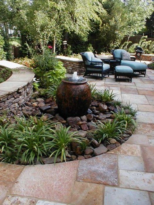 A малък фонтан в градината.