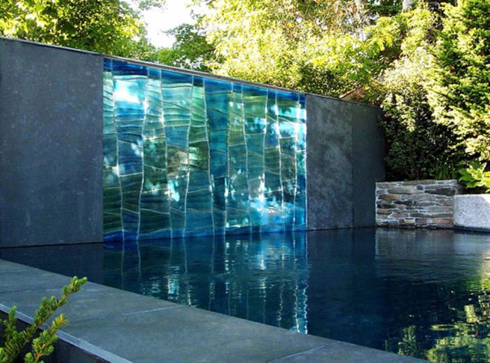 Огромен тялото на вода в градината.