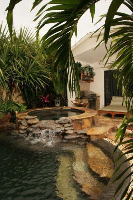 Stone басейн в градината.