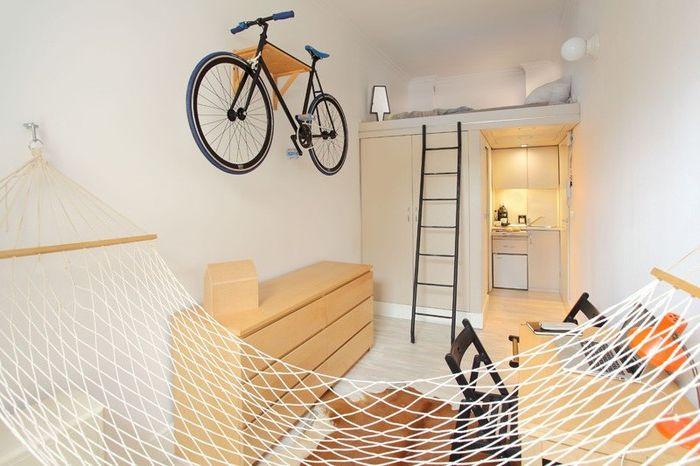 Малък апартамент на 13 квадратни метра, където има дори и хамак, и стената е украсена с велосипед