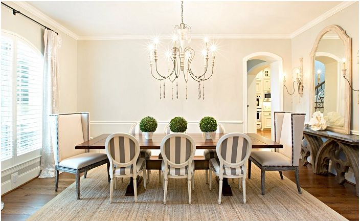 Beautiful dining room with a pretty chandelier.