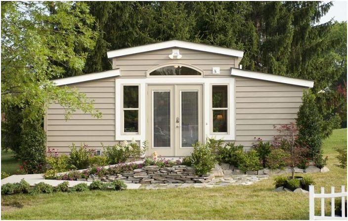 Строителство на площ от само 26.8 квадратни метра: къща в градината за възрастен родител