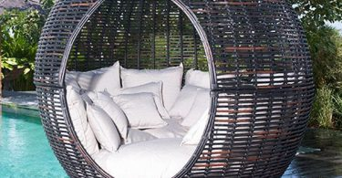 Original wicker apple in your garden: a terrific couch-needle from the design studio Skyline