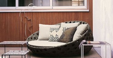 Choosing an elegant decoration for patio - classic design: metal and wicker furniture
