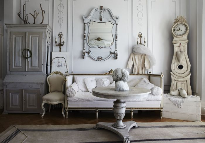 The variety of shades of white in the romantic interior.