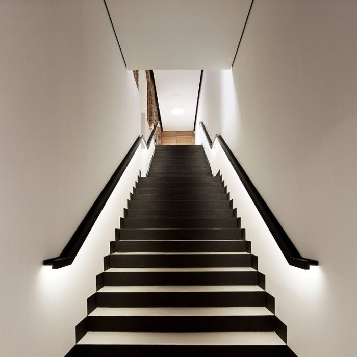 staircase decorated in classic shades - the best solution.
