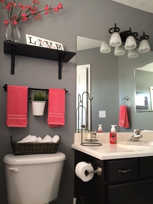 The best solution for a small bathroom - bright accents in the interior.