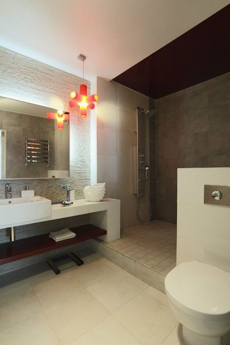 A good option to create a spacious bathroom, if space allows and perfectly complement it.
