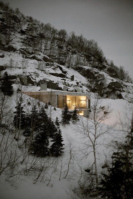 Brutal ultraminimalizm: бетонна къща, интегрирани в околния пейзаж
