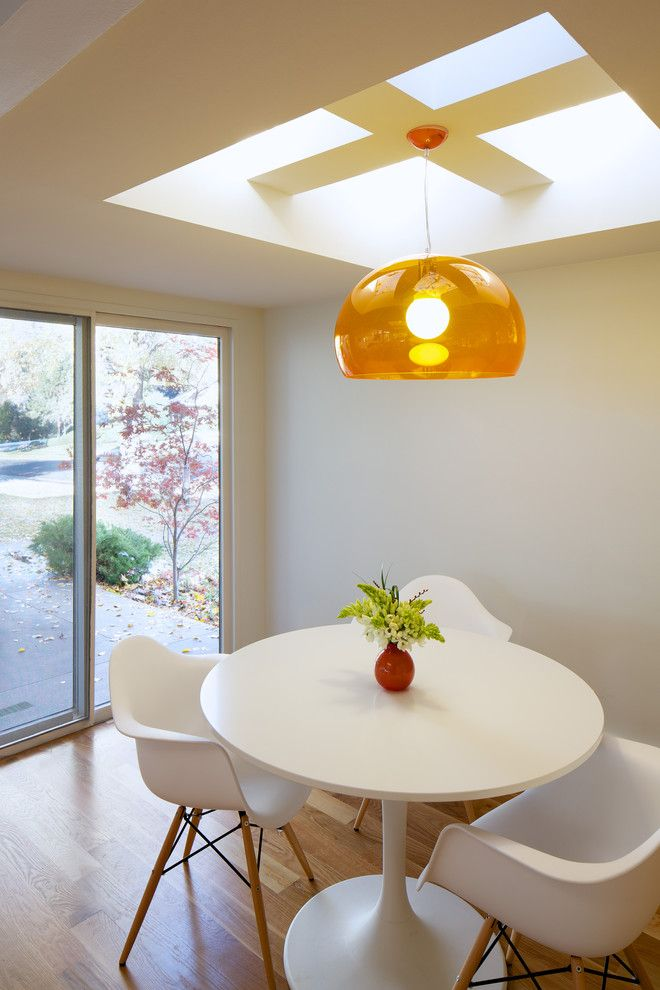 Bright hanging lamp in the dining room interior by Design Platform