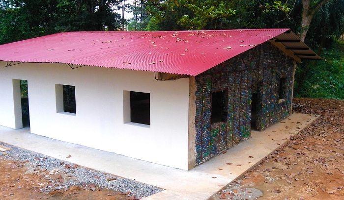 В селото, където всички къщи са изградени от пластмасови бутилки