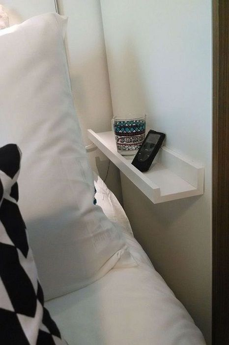 Compact mini-shelf in the bedroom, that would be a godsend for such an interior.
