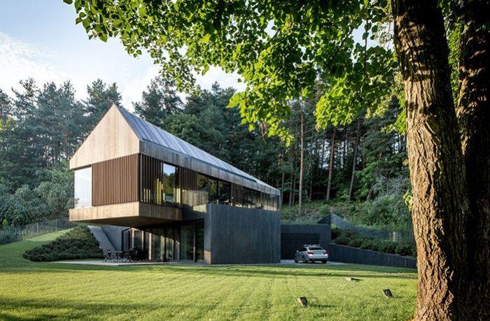 Възпроизвеждане на контрасти: модерна вила, частично интегрирани в зелен хълм