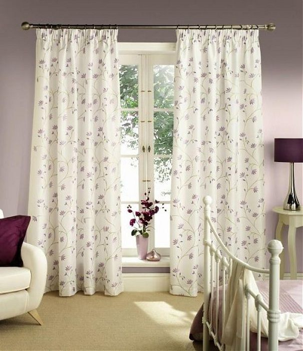Original light curtain into a fine pattern in the form of flowers that will refresh the interior.