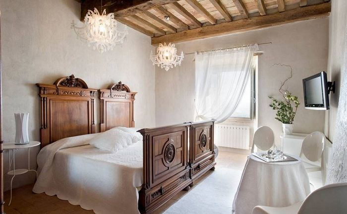 A successful solution to transform the interior of the bedroom with the help of wood and white colors.