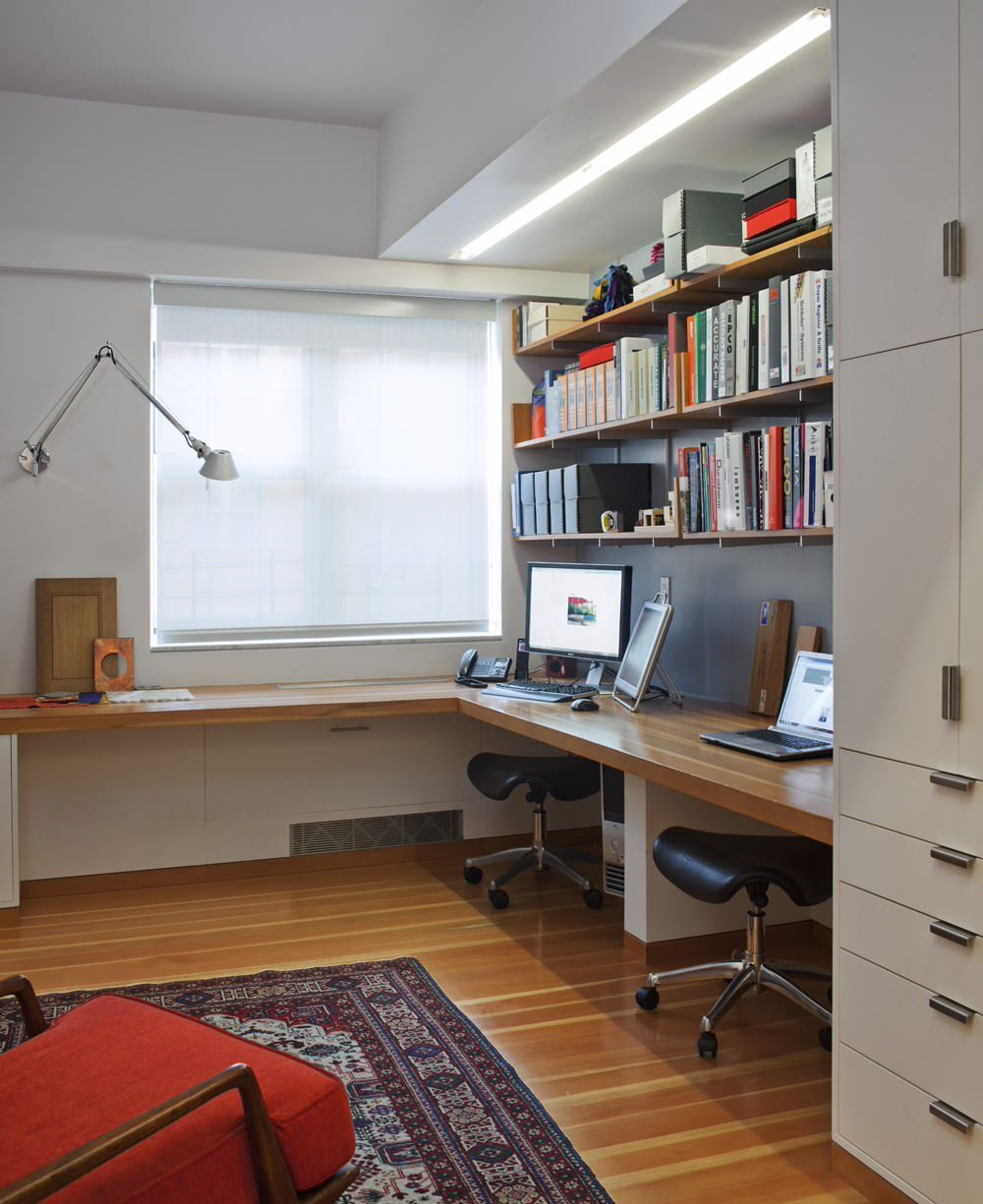 Wall lamp with twist mechanism in a home office