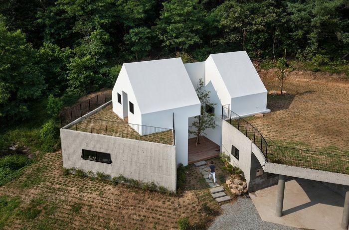 Къмпинг: къща, частично вградена в хълм