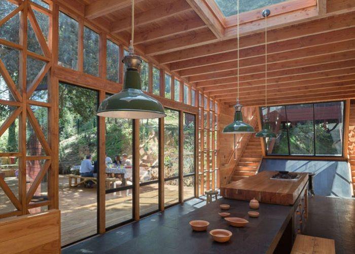 Повтаряйки естествените извивки: къщата, надолу по хълма