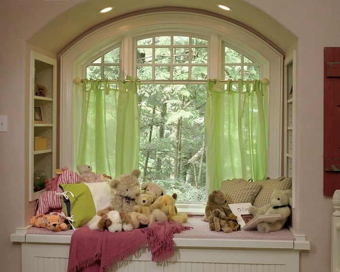 Interesting solution to design the interior of a child's room using cozy sill.