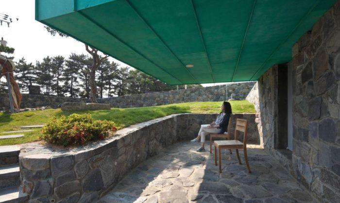 Простота и практичност: вилна с вертикална кула за наблюдение