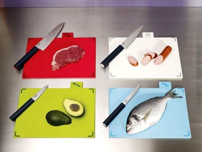 Optimally have in the kitchen cutting boards for different types of products.