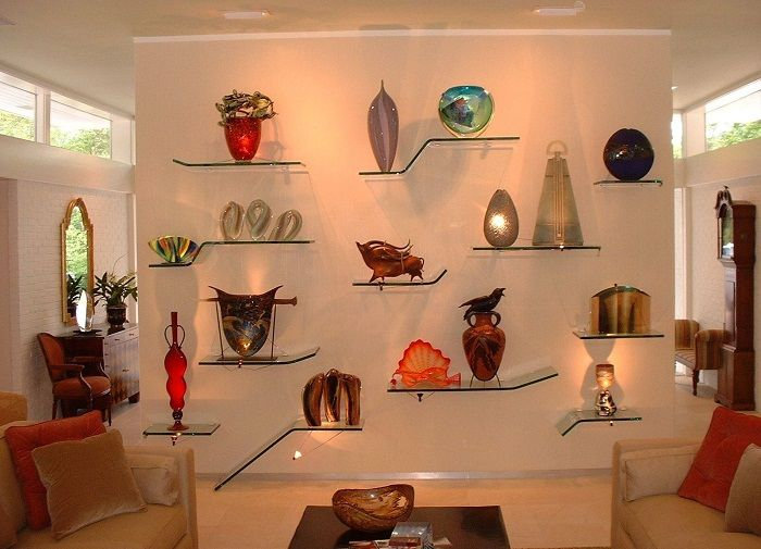 Glass shelves - one of the most successful interior design solutions.