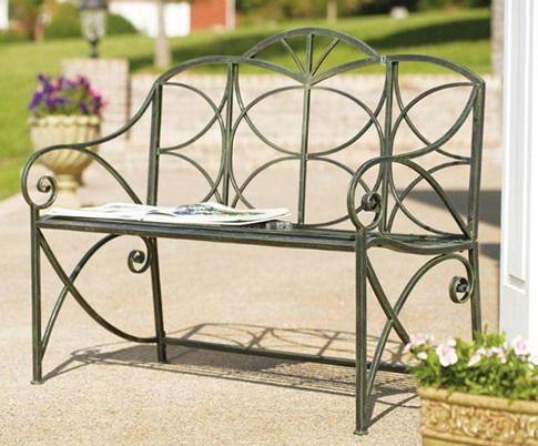 Метална пейка в ландшафтен дизайн