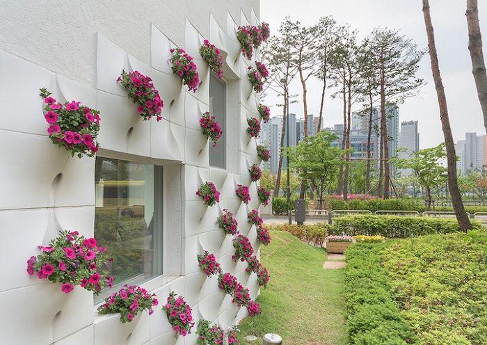 Стена House, която оживява след дъжда