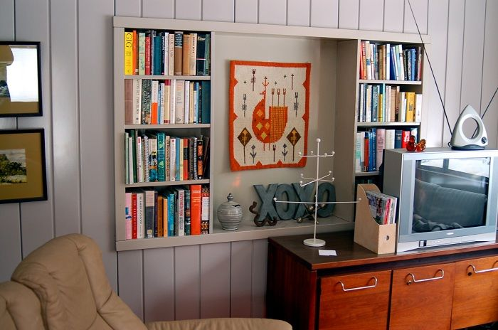Cool solution for the creation of the original interior with the help of built-in shelves.