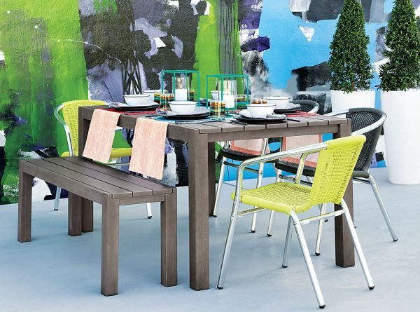 Multi-colored crown for the latticed wooden dining table