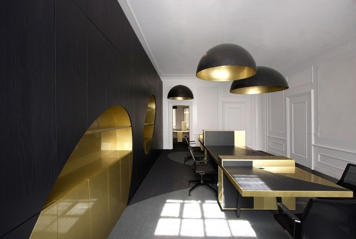 A perfect example to create an interior in black tones with gold accents that definitely like.