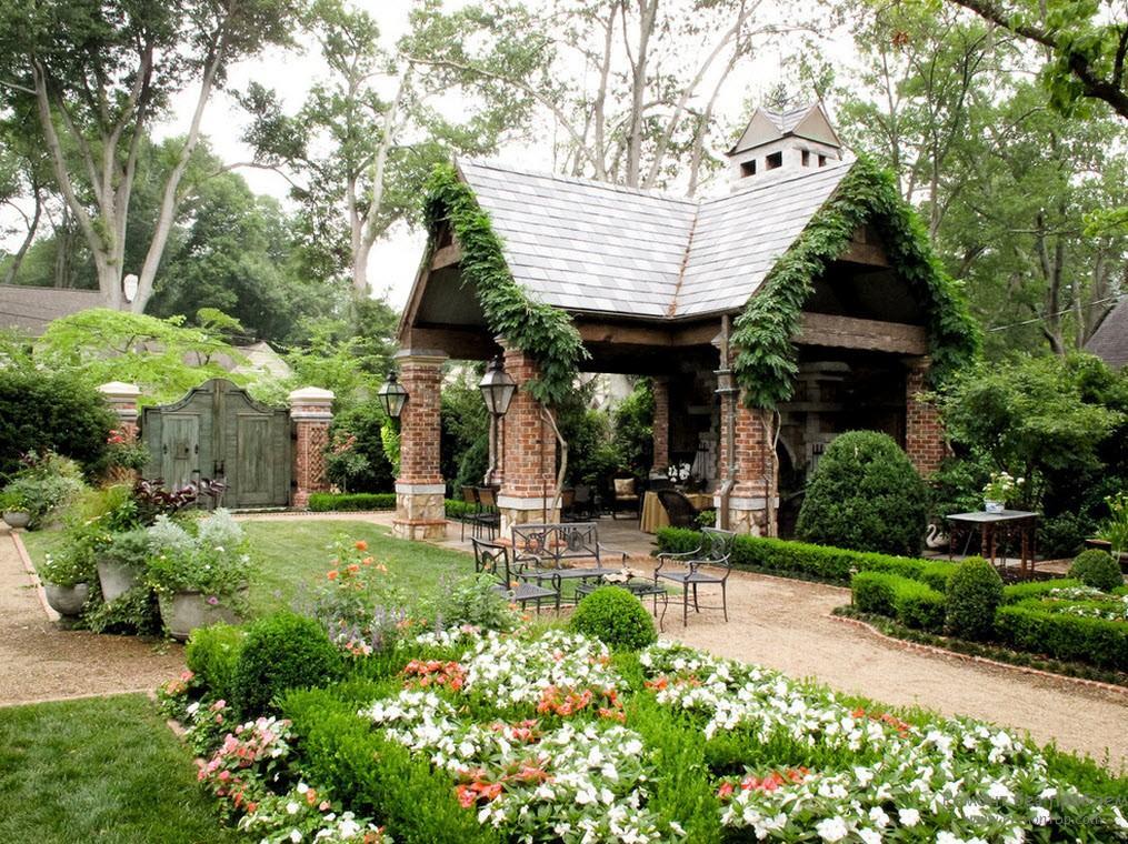 Ландшафтный дизайн двора частного дома с беседкой фото