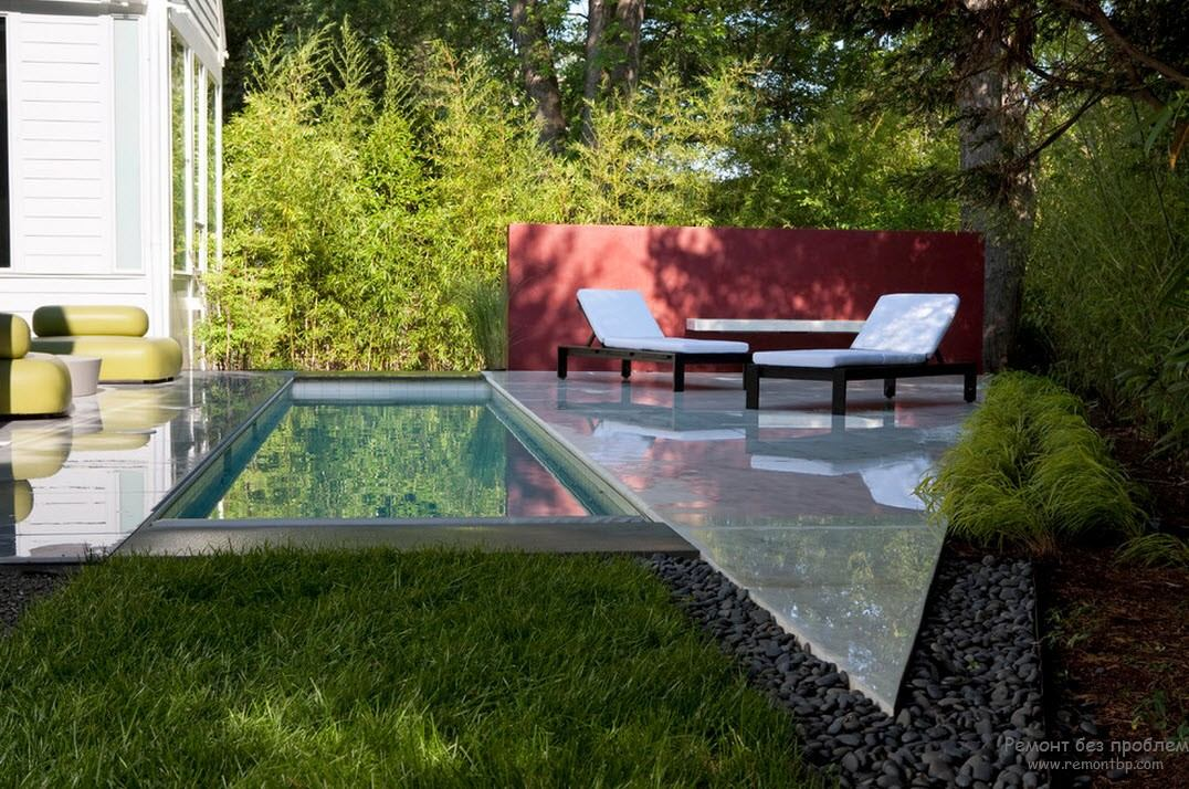 Mini-pool amid the greenery